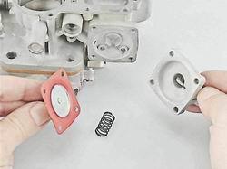 Снимаем крышку с рычагом привода насоса